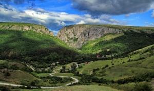Iubitorii de natura sunt invitati duminica la ecologizarea Cheilor Turzii