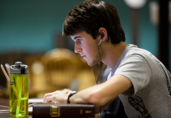 Cum poţi obţine gratuit o diplomă recunoscută în SUA, studiind de acasă