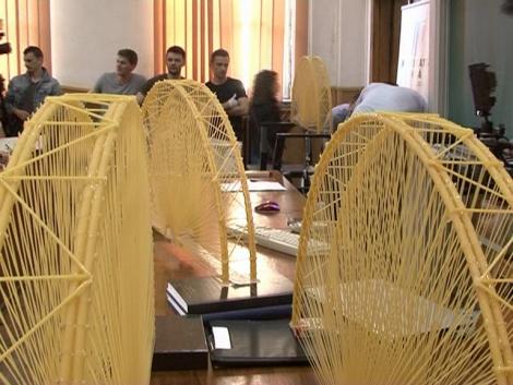 Campionatul Mondial de Construit Poduri din Spaghete asteapta sa fie castigat de studentii UTCN