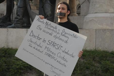 """Studentii au iesit in strada cerand demisia """"comunismului"""" din Legea Educatiei"""