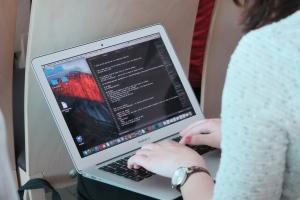 INTERVIU - Carmen Ciulacu, organizator Hackathon Challenge Accepted - Poti tu ca programator, printr-o linie de cod, să schimbi viata copiilor bolnavi?