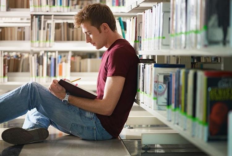 Studentii de la Psihologie organizeaza un targ caritabil pentru a-si ajuta o colega sa nu-si abandoneze studiile