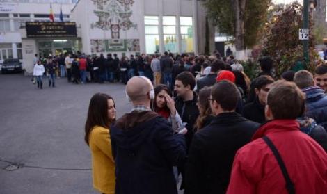 Studentii au stat la cozi lungi pentru a-si exercita dreptul de a vota