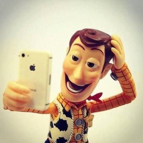 16 ganduri pe care orice fata le are cand isi face un selfie