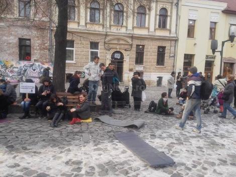 Tinerii maghiari protesteaza pasnic in Piata Muzeului