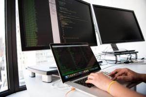 Jobul de programator - FastTrackIT prezintă 4 avantaje care motivează alegerea