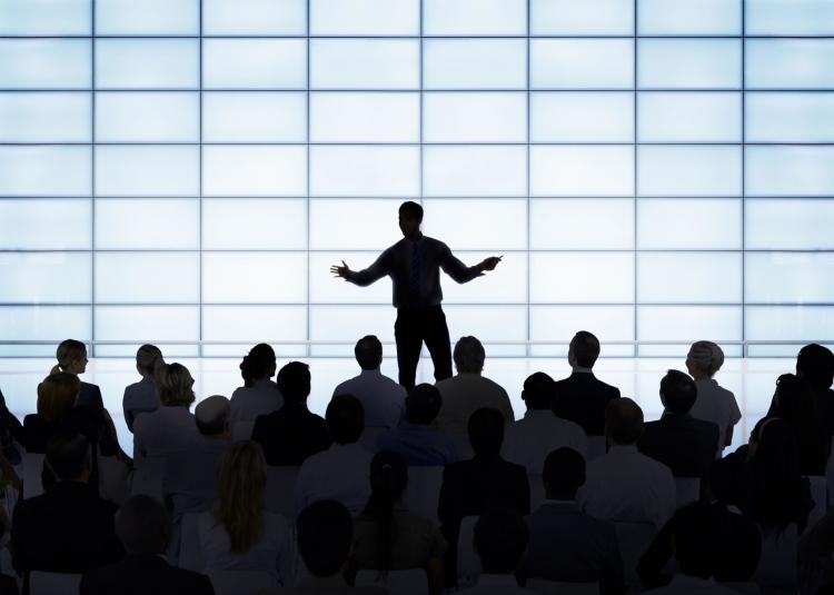 Infrange teama de a vorbi in public cu 7 exercitii simple de oratorie