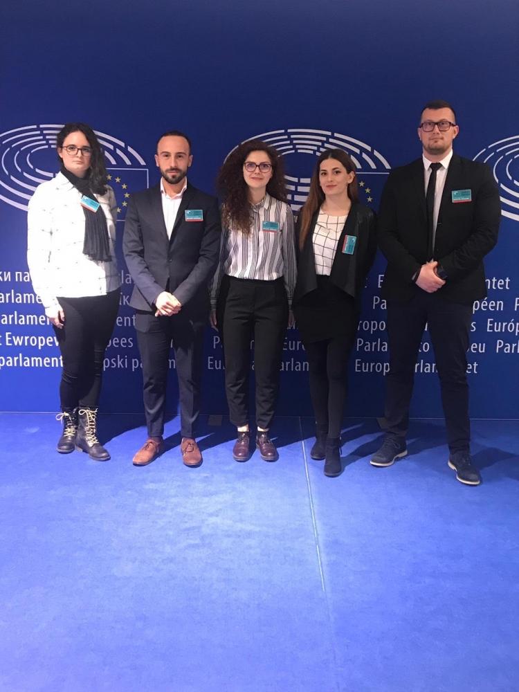"""Finalistii si castigatoarea campaniei """"SHOW YOU CAN"""" se afla intr-un internship la Parlamentul European"""